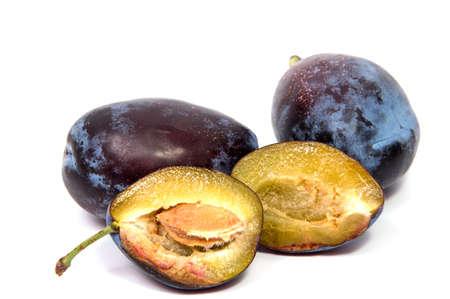 La prugna delle prugne prugna la frutta di frutti organica della fetta della prugna isolata su un fondo bianco