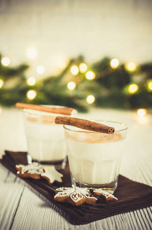 Christmas Traditional Homemade Eggnog and Gingerbread Cookies on White Background. Christmas Milk Cocktail with Spice. Selective Focus. Copy Space. 免版税图像