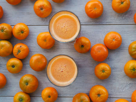 freshly squeezed tangerine juice in glass on rustic wooden background Stockfoto