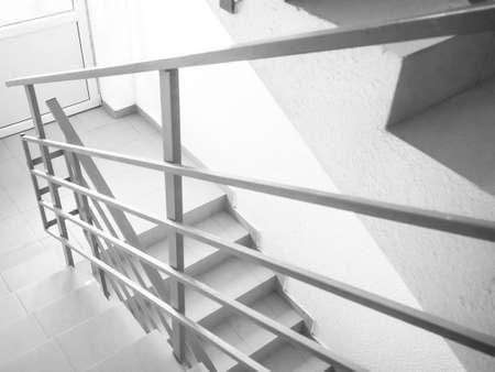 Geländer aus Edelstahl, Glas und Holz. Absturzsicherung. modernes Design von Handlauf und Treppe. Standard-Bild