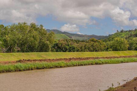 怠惰な川と緑豊かな熱帯背景、カウアイ島ハナペペ
