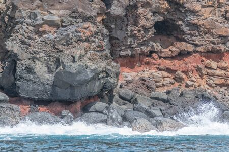 赤色土と海スプラッシュ溶岩崖側 写真素材 - 83593683