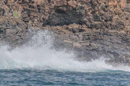 岩の崖と大きな海スプラッシュ 写真素材 - 83593687