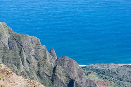 カウアイ島の Napali コースト、カララウ展望台から、険しい山々 と深い青色の海のパーシャル ビュー