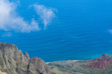 카우아이에서 Kalalau 전망대에서 일부 들쭉날쭉 한 산들과 전경이 구름과 Napali 코스트의 부분보기