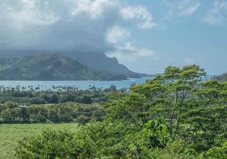 カウアイ島では、曇りの日の緑豊かな風景とハナレイ湾 写真素材 - 84049637