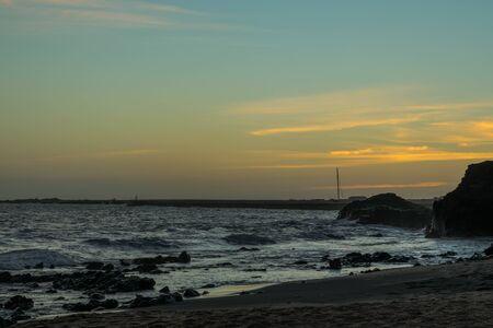 黄色、ブルー、オレンジ、グリーン、太平洋のビーチの上で黄昏の空 写真素材