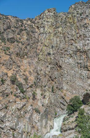 険しい断崖やカスケード急いで川、キングス ・ キャニオン国立公園 写真素材 - 83886487