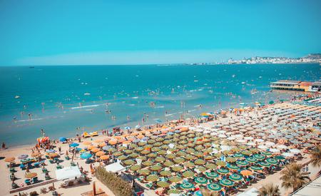 Zonnige dag en panoramisch uitzicht op het strand van Durres. Blauwe lucht en water van de Adriatische zee.