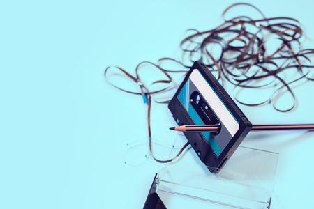 Cassette sur fond blanc avec ruban emmêlé. Banque d'images