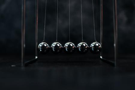 Newton cradle pendules boules cinétiques