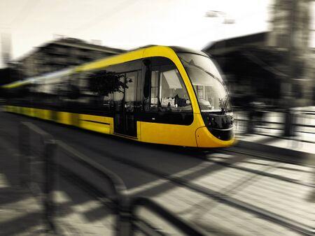 Gelbe moderne Straßenbahn in Budapest, Ungarn
