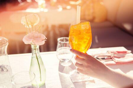 Cocktail ghiacciato colorato sul tavolo da pranzo