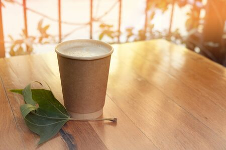 Paper coffee cup from coffee shop on wooden background Zdjęcie Seryjne