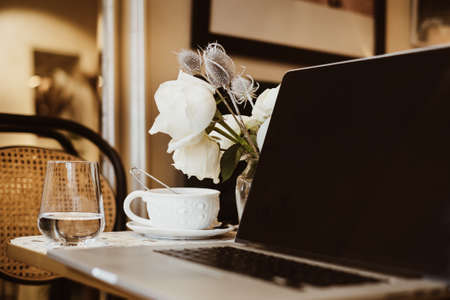 Tea cup laptop in coffee shop vintage effect style pictures 免版税图像