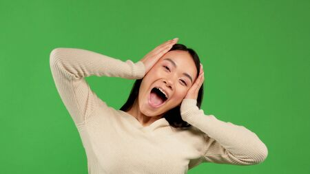 Bautiful surprised woman holding her head in amazement. Looking to the side. Isolated on white background. 版權商用圖片