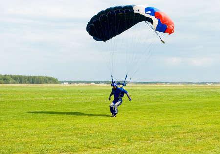 fallschirm: Landung des Videobands Betreiber nach Fallschirm springen