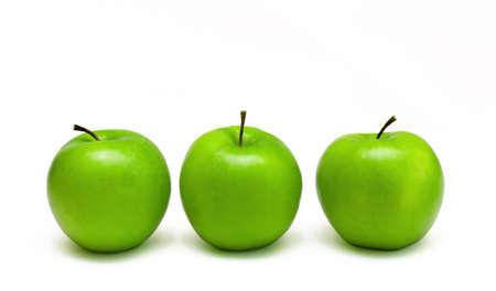 pommes: trois pommes de smith delicious granny vertes fra�ches, isol�es sur un fond blanc