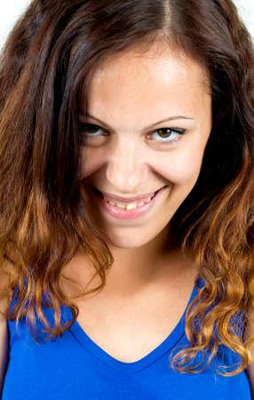 sarc�stico: Retrato de la mujer cauc�sica joven con una burla sarc�stica expresi�n facial sonrisa mal�vola, hacen travieso
