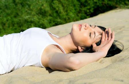 femme en sous vetements: young sexy model lying at beach. fashion portrait