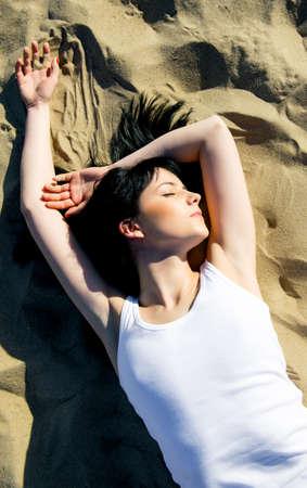 sexy young girl: молодая сексуальная модель лежа на пляже. моды портрет