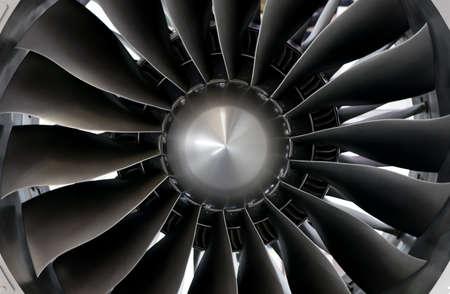Primer plano de las palas de una turbina de motor a reacción grande Foto de archivo
