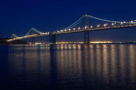 Wieczorny most oświetlony przez rzekę-