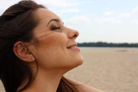 blindly: La bella joven, la Morena ciegamente, close up en una playa  Foto de archivo