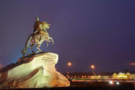 uomo a cavallo: Monumento a Pietro 1 Cavaliere di bronzo Archivio Fotografico