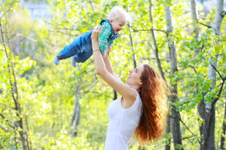 bebes lindos: Mama que juega con el beb� en el exterior