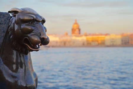 esfinge: la estatua de Griffon en las orillas del río Neva en San Petersburgo