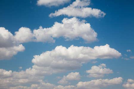 Ciel bleu avec des nuages, fond naturel