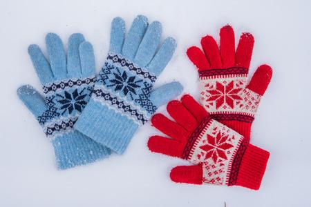 Guantes de lana de invierno se encuentran en la nieve afuera