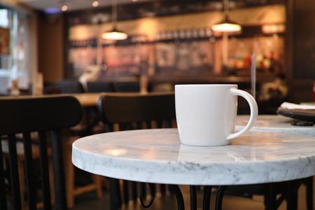 tazas de cafe: primer plano de una taza de café en la cafetería