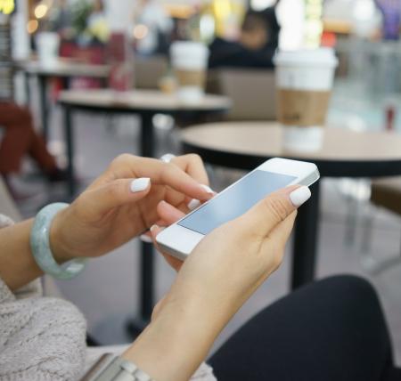 telefonos movil: navegar por internet con el tel�fono m�vil en un caf�