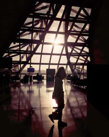 persona viajando: Viajando a través de la salida del sol
