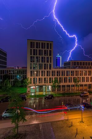 A spectacular lightning over an office bulding in a city at night. Foto de archivo - 130814324