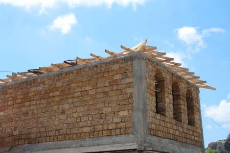 begining: inizio la costruzione di nuove case nel cielo poco nuvoloso