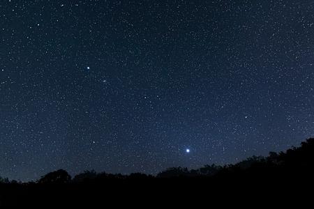 nacht: Schöne Sternenhimmel mit Beugungsspitzen Jupiter Venus Constellations Auriga Giraffe Lynx Zwillinge Canis Minor Monoceros Leo Leo Moll Cancer Perseus Lizenzfreie Bilder