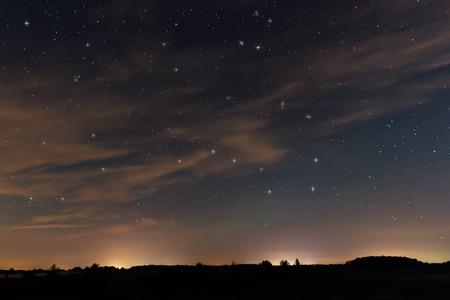constelaciones: Cielo de la noche hermosa, con nubes y constelaciones, Hercules, Draco, la Osa Mayor, la Osa Menor, Big Dipper, Botes