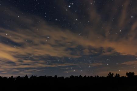 constelaciones: Cielo de la noche hermosa, con nubes y constelaciones, Acuario, Aguila, Scutum, Ophiuchus, Serpens, Sagitario, Capricornus Foto de archivo
