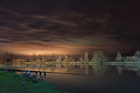 밤 낚시, 잉어 막대, 호수 Cloudscape를 반영 스톡 콘텐츠