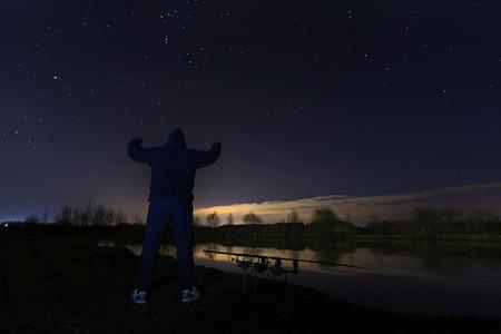 paciencia: Pescador en la noche estrellada, Mirando a Orión, el cazador de la constelación, la paciencia.