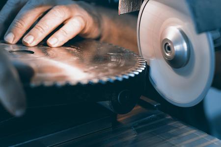 Sharpening Circular Saw, worker sharpens a circular saw blade Reklamní fotografie - 59202401
