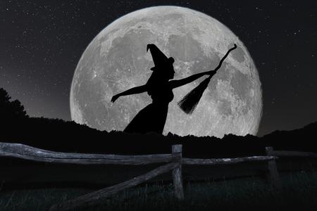 Halloween heks silhouet vliegen met bezemsteel. Volle maan. Stockfoto - 63398415