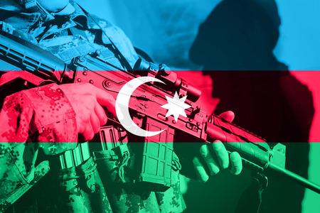 アゼルバイジャンの国旗と機関銃と兵士