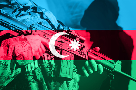 Soldier with machine gun with national flag of Azerbaijan Stockfoto