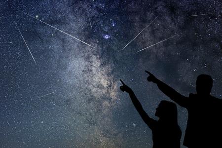 Gelukkige familie kijken naar Meteor Shower. Nigh Sky.
