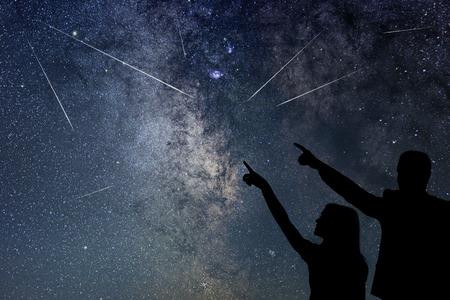 Happy family are watching Meteor Shower. Nigh Sky. Imagens - 83282326