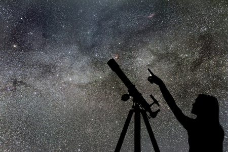 Menina olhando as estrelas. Via Láctea do Telescópio Foto de archivo - 85724105